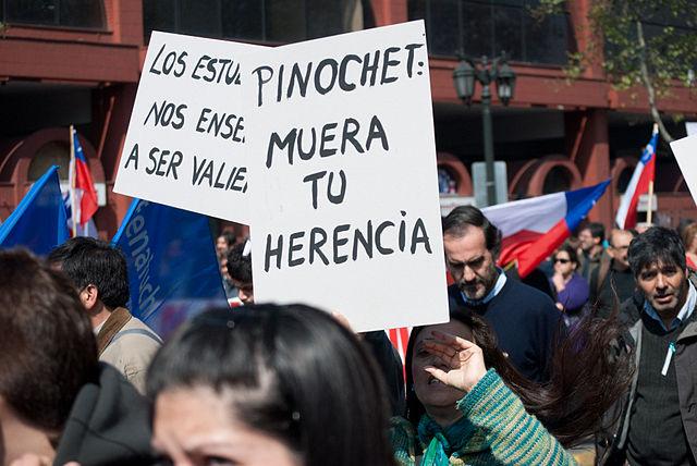 640px-Pinochet_-_muera_tu_herencia